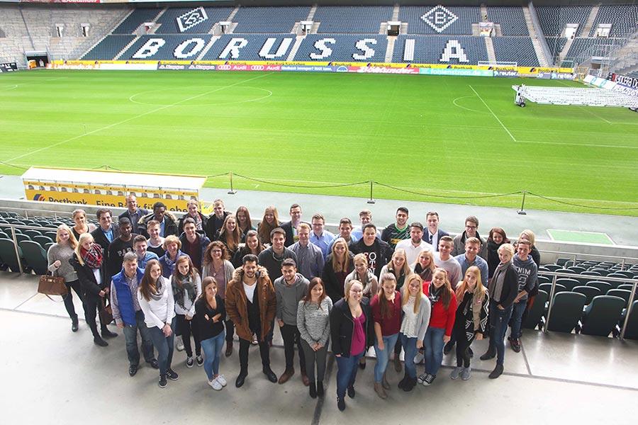 Gruppenfoto bei News to use auf dem Borussia Fussballfeld