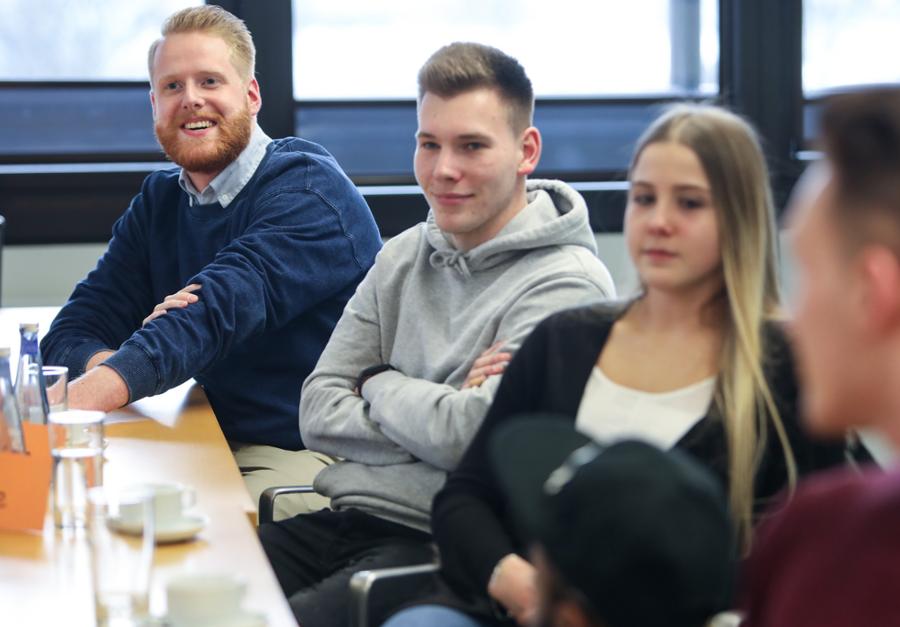 Gruppe junger Leute sitzt am Tisch bei einem Workshop von News to use