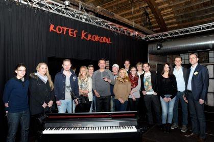 Gruppenfoto hinter Klavier bei Ingo Event